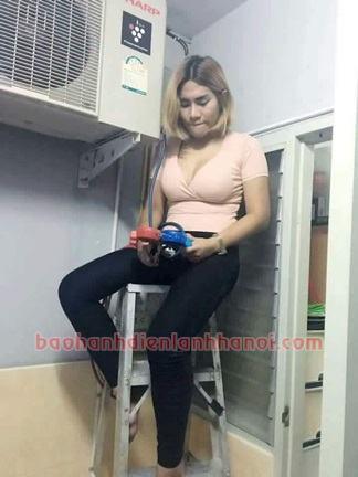 hình ảnh cô gái thái đang nạp gas