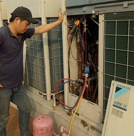 Thợ sửa chữa điều hòa tại Minh Khai